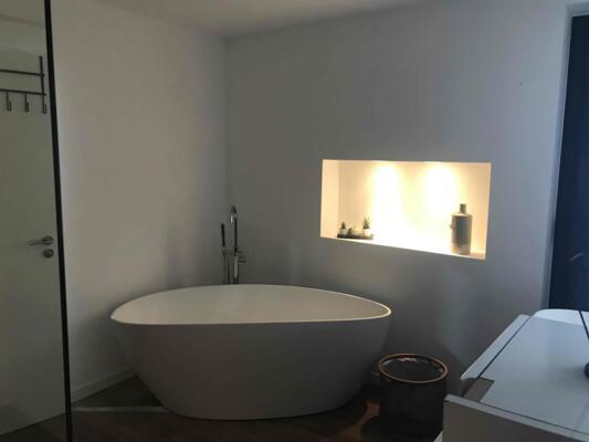 Salle de bain design blanc avec baignoire