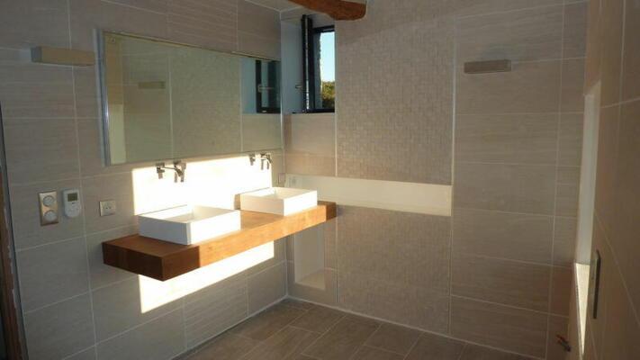 Salle de bain design blanche et bois  avec double vasque