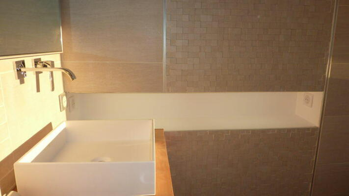 Salle de bain design blanche et bois  avec simple vasque