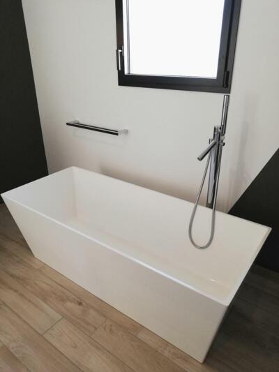 Salle de bain design blanche et bois  avec baignoire