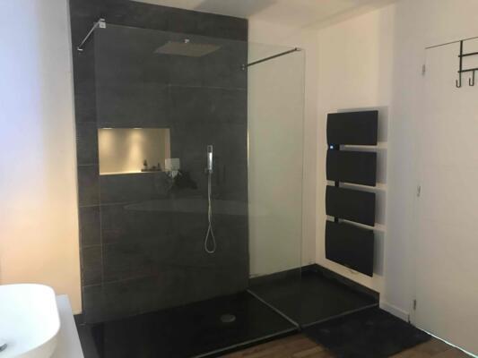 Salle de bain design gris avec douche italienne