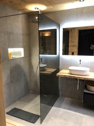Salle de bain design grise et blanche avec douche italienne