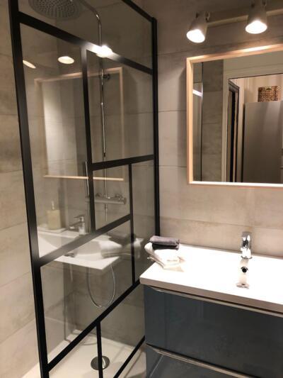 Salle de bain industrielle gris avec douche italienne