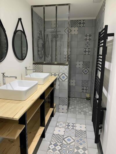 Salle de bain industrielle gris avec douche
