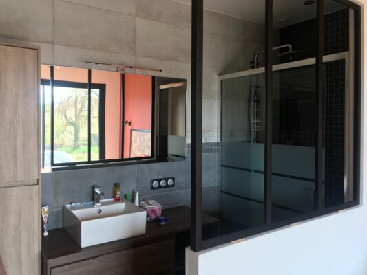 Salle de bain industrielle noir avec douche italienne