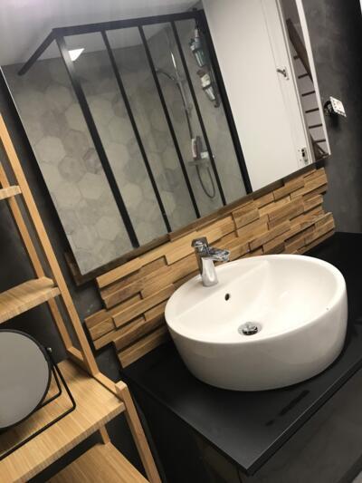 Salle de bain industrielle noir avec simple vasque