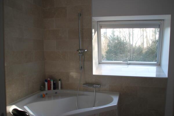 Salle de bain moderne beige avec baignoire et douche