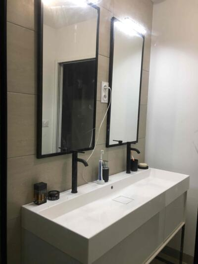 Salle de bain moderne beige avec double vasque
