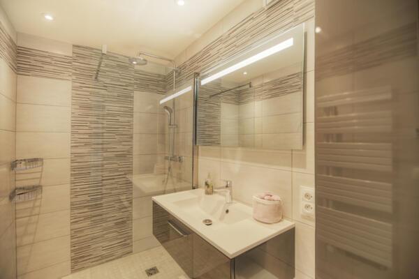 Salle de bain moderne beige avec douche italienne