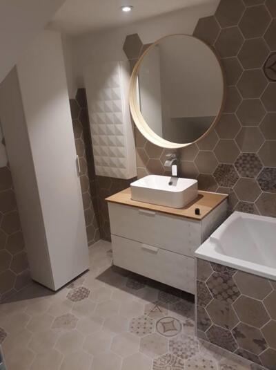 Salle de bain moderne beige avec simple vasque