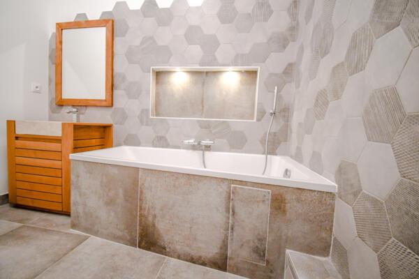 Salle de bain moderne beige avec baignoire
