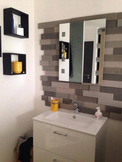 Salle de bain moderne blanc avec simple vasque