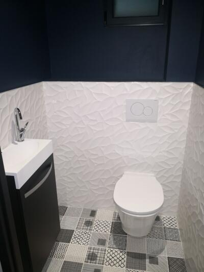 Salle de bain moderne blanc avec wc