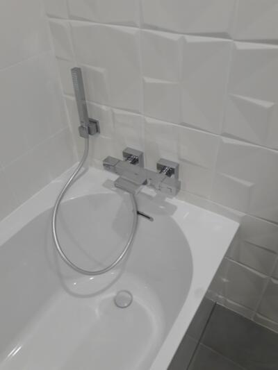 Salle de bain moderne blanc avec baignoire