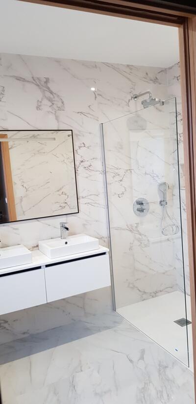 Salle de bain moderne blanc avec douche