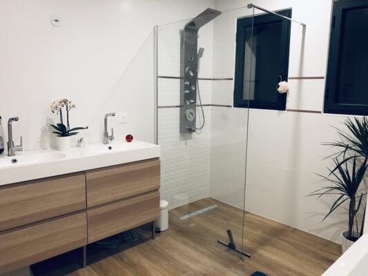 Salle de bain moderne blanche et bois  avec douche italienne