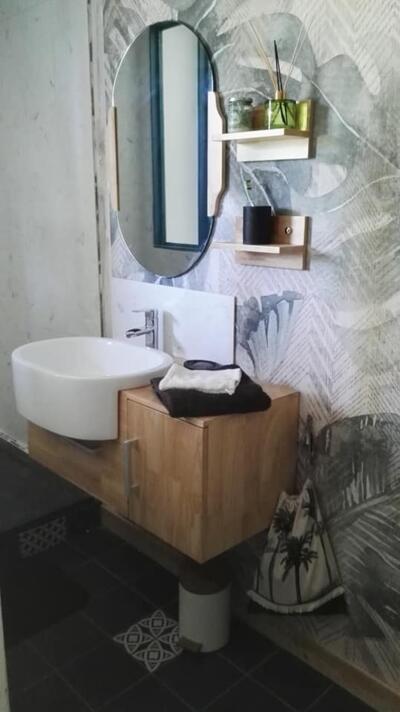 Salle de bain moderne blanche et bois  avec simple vasque