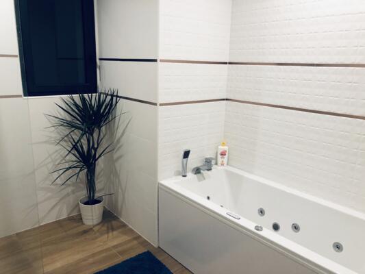 Salle de bain moderne blanche et bois  avec baignoire