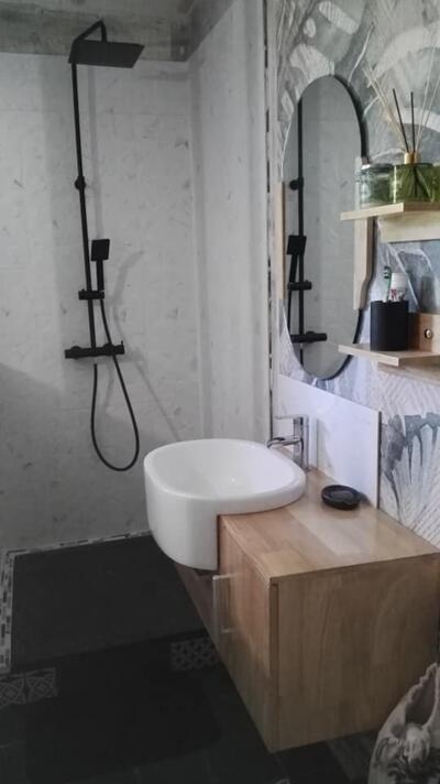 Salle de bain moderne blanche et bois  avec douche