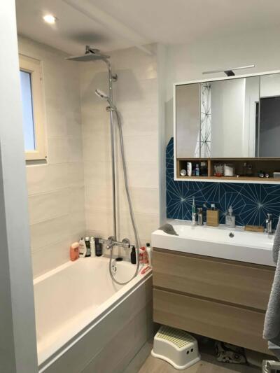 Salle de bain moderne bleue avec baignoire