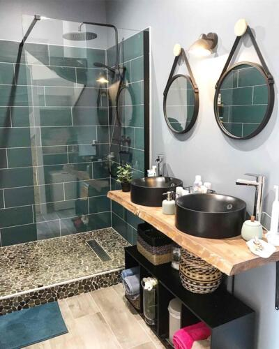 Salle de bain moderne bleue avec douche