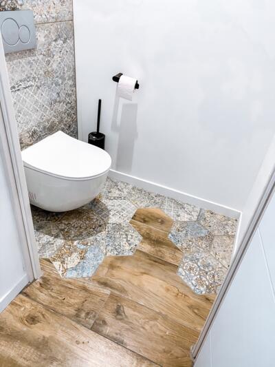 Salle de bain moderne en bois avec wc