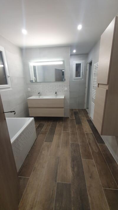 Salle de bain moderne gris avec double vasque