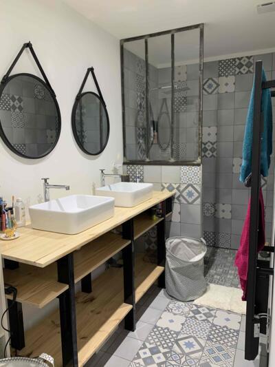 Salle de bain moderne gris avec douche italienne