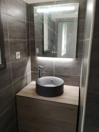 Salle de bain moderne gris avec simple vasque