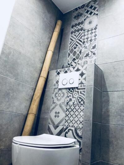 Salle de bain moderne gris avec wc