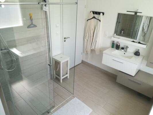Salle de bain moderne grise et blanche avec douche italienne