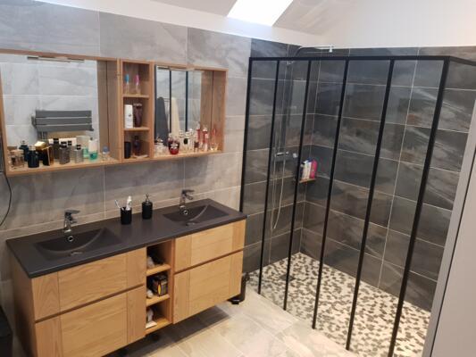 Salle de bain moderne noir avec douche italienne