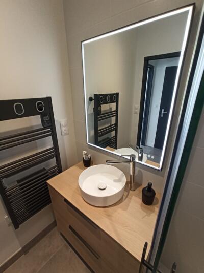 Salle de bain moderne noir avec simple vasque