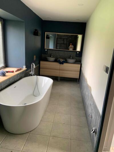 Salle de bain moderne noir avec baignoire