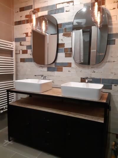 Salle de bain moderne noire et blanche avec double vasque