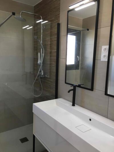 Salle de bain moderne noire et blanche avec douche italienne