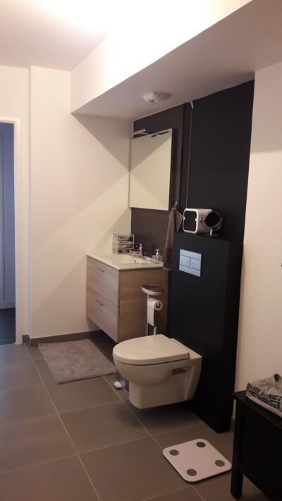 Salle de bain moderne noire et blanche avec wc