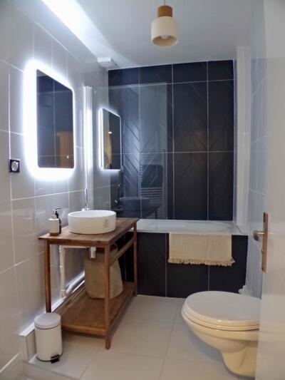 Salle de bain moderne noire et blanche avec baignoire