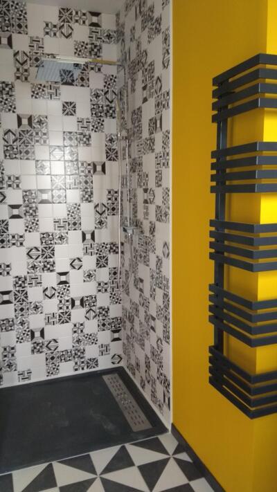 Salle de bain moderne noire et blanche avec douche