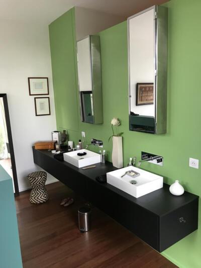 Salle de bain moderne verte avec double vasque