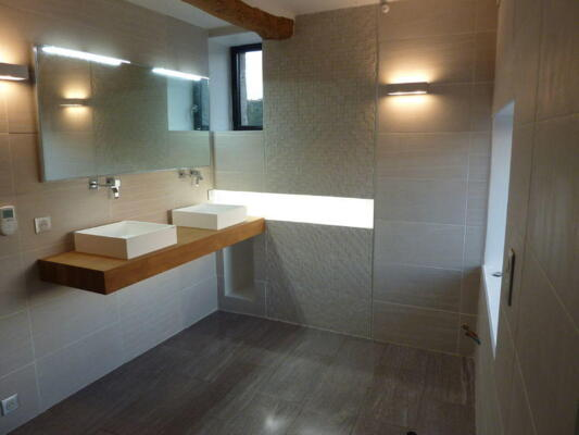 Salle de bain nature beige avec double vasque