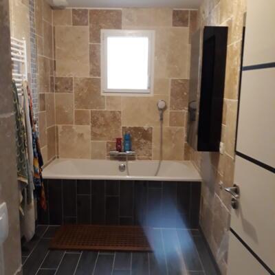 Salle de bain nature noir avec baignoire