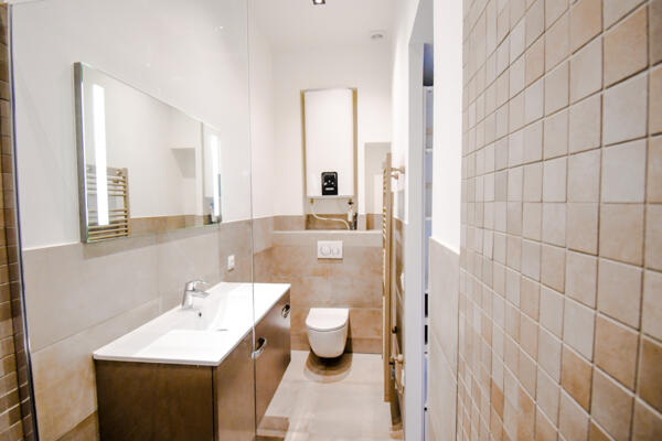 Salle de bain retro beige avec double vasque