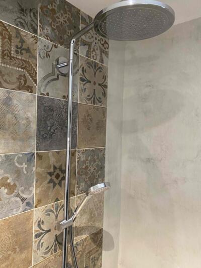 Salle de bain retro beige avec douche