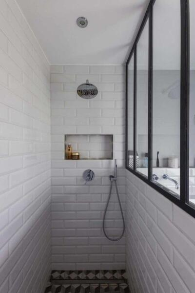 Salle de bain retro blanc avec douche