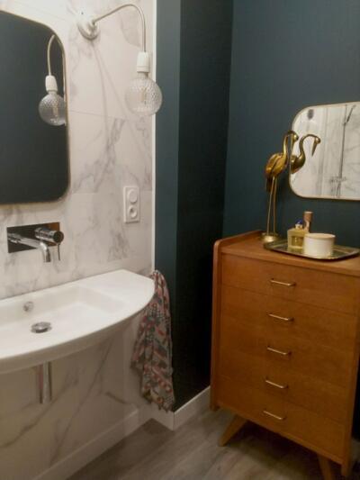 Salle de bain retro blanche et bois  avec simple vasque