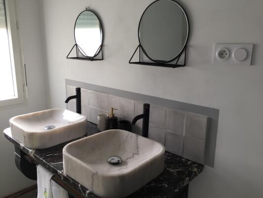 Salle de bain retro gris avec double vasque