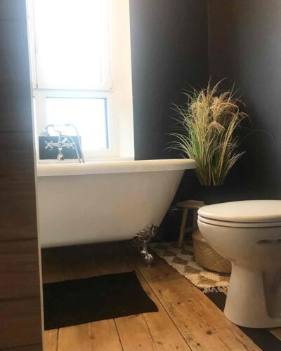 Salle de bain retro noir avec baignoire