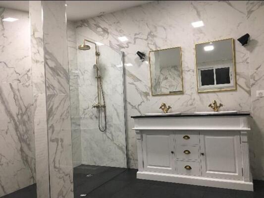 Salle de bain retro noire et blanche avec double vasque