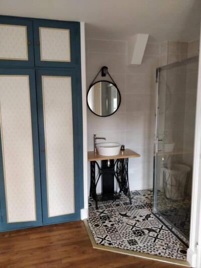 Salle de bain retro noire et blanche avec douche italienne